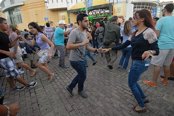 Danza caribeña. La salsa se apoderó de muchos durante aquella histórica tarde. Yarelis Rosado y Edwin Ortiz la bailaron (Ricardo Alcaraz/ Diálogo).