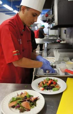 El estudiante Yamil Cuadrado preparando una ensalada. (Ronald Ávila Claudio: Diálogo)