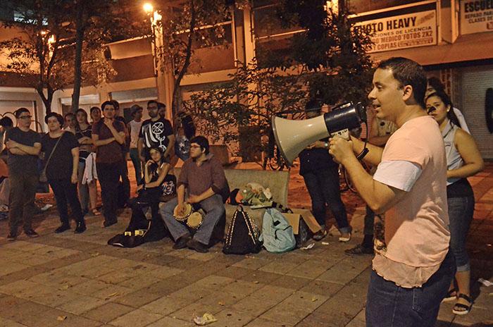 El profesor de geografía Rafael Díaz se dirige a los presentes en la Plaza Robles (Fotos Ricardo Alcaraz-Diálogo)