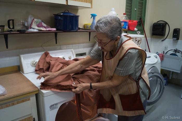 Genoveva Tirado, de 81 años, en el proceso de teñir unas telas. (Suministrada