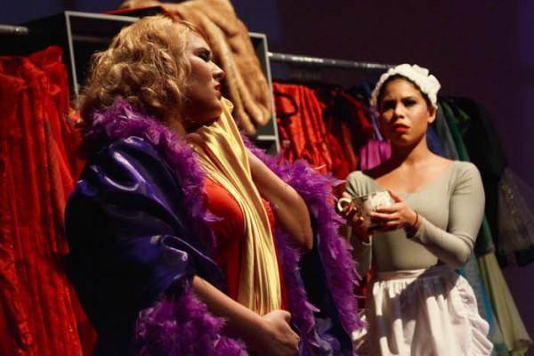 Los personajes de Madame y Claire, interpretadas por Kiara Quintana y Amanda Camila Figueroa, respectivamente (Ricardo Alcaraz/Diálogo)