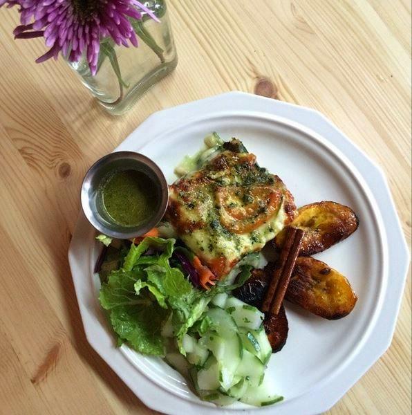 Lasagna de espinaca con salsa bechamel - amarillos en almibar  y ensalada verde con nuestra vinagreta especial