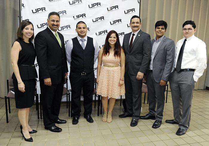 De izquierda a derecha: Celeste Saurí, directora de recursos humanos en Rock Solid Technologies; Ángel L. Pérez, vicepresidente de la compañía; el estudiante de UPR-RP, Javier Ruiz; la estudiante de UPR Humacao, Melinda Vargas; el presidente de la UPR, el doctor Uroyoán Walker Ramos; el estudiante de la UPR Humacao, Juan Octavio Cortés; y el estudiante de la UPR Bayamón, Alberic Dávila.