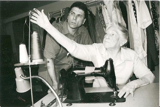 En la foto, el autor Nelson A. Denis, junto a su madre Sarah, natural de Caguas, Puerto Rico. (Wikipedia)
