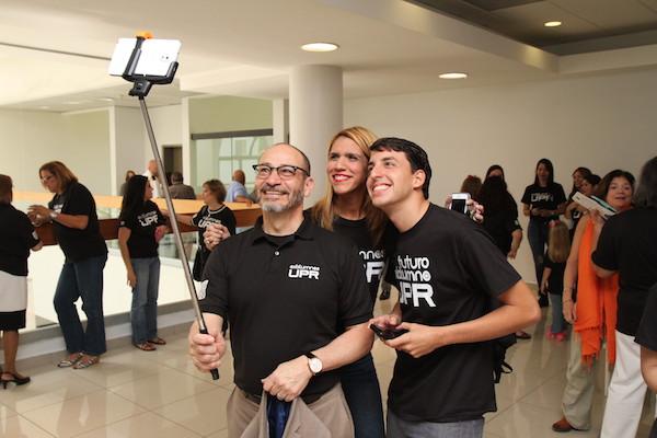 Rector UPR Carolina Moises Orengo Aviles hace selfie en el Dia de Exalumno de la UPR