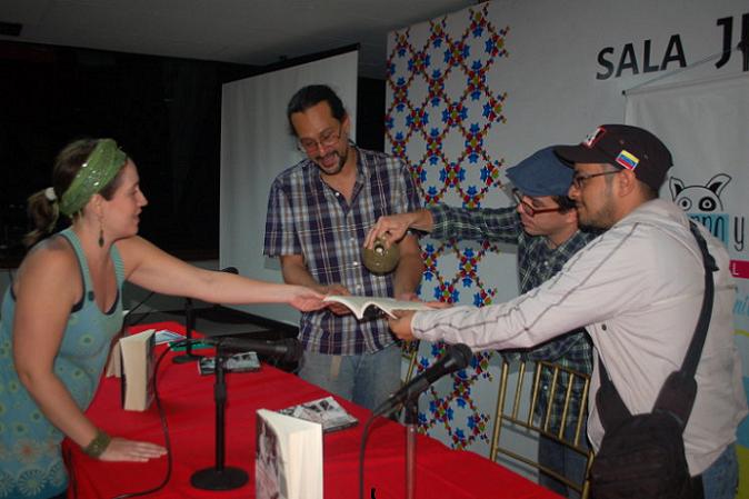 """En la imagen, Colón Montijo """"bautiza"""" su libro durante la presentación en la Feria Internacional del Libro de Venezuela (FILVEN). Lo acompañan los anfitriones de la editorial El perro y la rana. (suministrada)"""