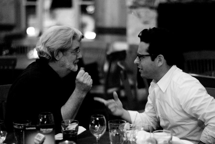 """El creador de """"Star Wars"""", George Lucas, conversando con el director de """"The Force Awakens"""", J.J. Abrams. (Suministrada)"""