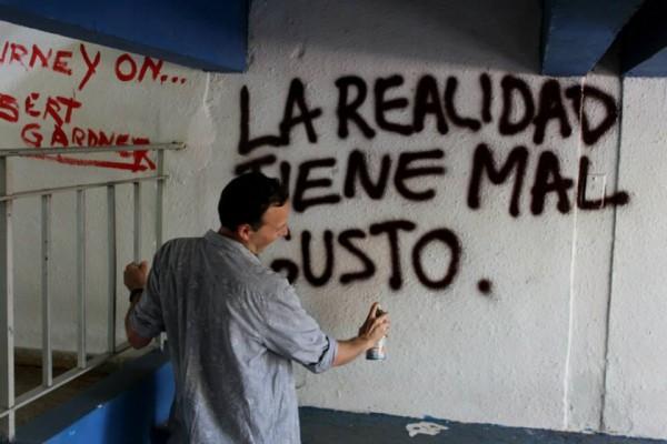 Las paredes son sede de consignas, citas y misceláneos. (Facebook)