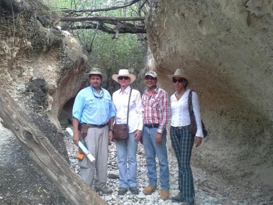 En la foto, de izquierda a derecha, el profesor Méndez Tejeda, el profesor Ramírez, la ingeniera Vera Valentinova de Cedeño y Australia Ramírez, del Instituto Geológico Dominicana, junto a la ladera de fósiles corales. (Suministrada)
