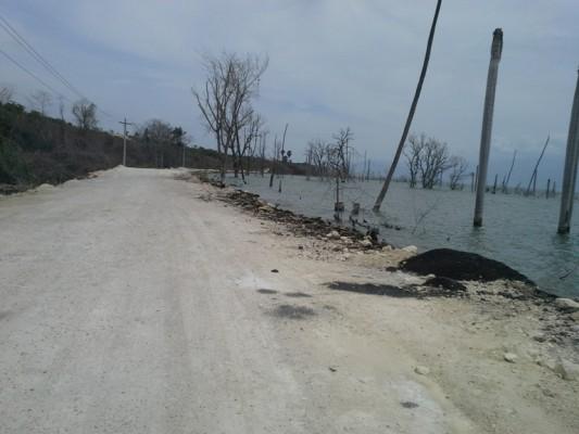 El gobierno de la República Dominicana ha tenido que invertir 60 millones de pesos (1,350,822 dólares) en construcción de nuevas carreteras, debido a que el agua del Lago se ha tragado las vías de transportación que lo rodean. (Suministrada)