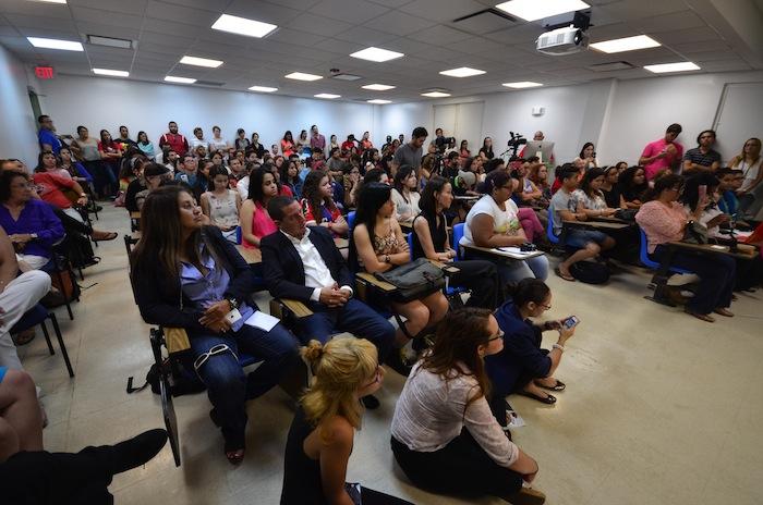 El Salón de Actos de la Escuela de Comunicación estuvo repleto. Hubo personas que no pudieron entrar y escucharon el conversatorio desde afuera. (David D. Pérez /Diálogo)
