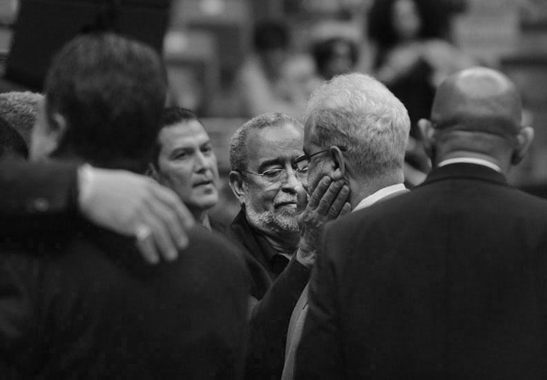 Andy Montañez consuela a su colega músico Louis García