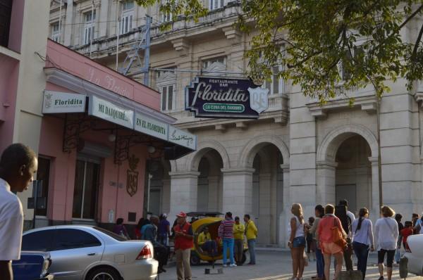 """A las afueras de """"La Floridita"""", donde Ernest Hemingway se tomaba su """"daiquirí"""", un trago cubano parecido a la margarita, un Coco Taxi espera a los turistas."""