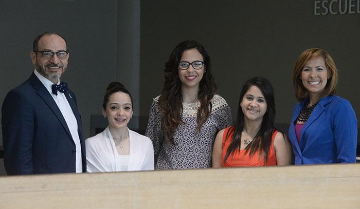 Alumnas de la UPR Carolina junto a la profesora y el rector. (Ricardo Alcaraz/ Diálogo)