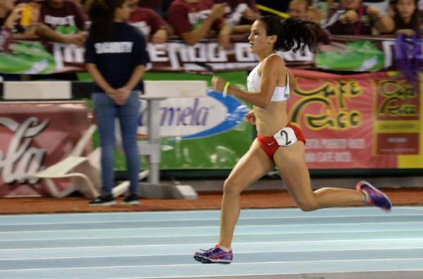 Angelin Figueroa, quien compitió en los 1500 metros en las Justas de la LAI, consiguió medalla de oro para la UPR de Cayey después de 17 años sin obtener una. (Ricardo Alcaraz/Diálogo)