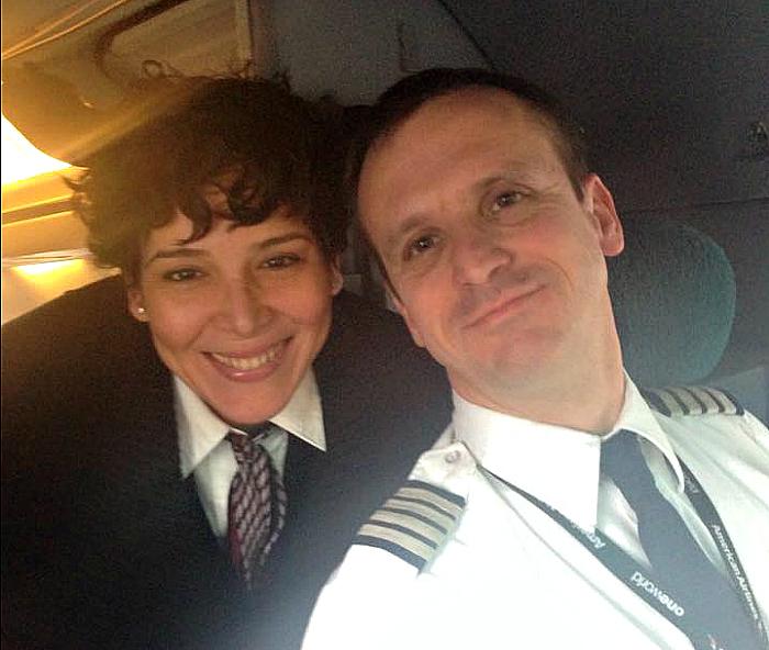 Gloria junto al capitán Joe Cross quien estaba en su último día de trabajo en la aerolínea (Suministrada)