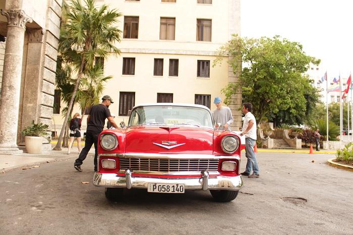 Un taxista que se dedica a transportar turistas en el Hotel Nacional. (María de Lourdes Vaello / Diálogo)