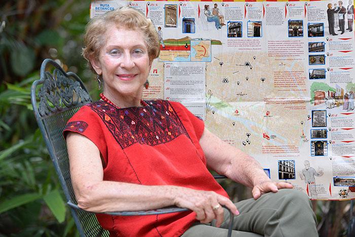 Liliana Cotto y el mapa de fondo.