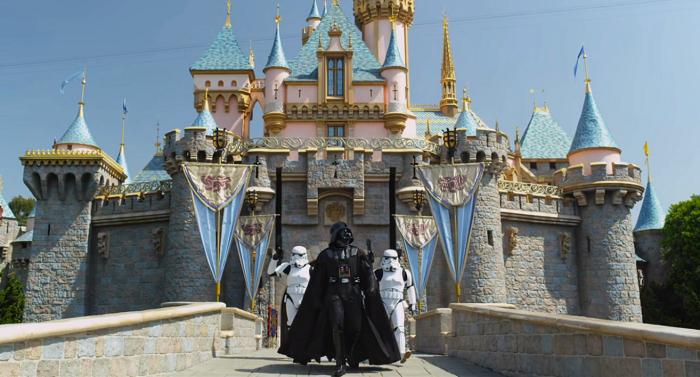 Darth Vader junto a dos Stormtroopers caminan frente al castillo de La Bella Durmiente en el parque de Disneyland en California. (Suministrada)