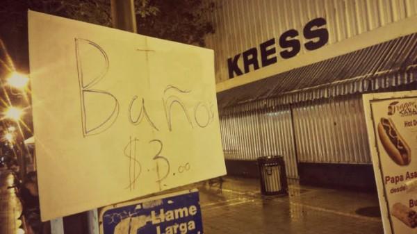 Negocio en la calle Unión que prestaba sus baños a cambio de $3.00