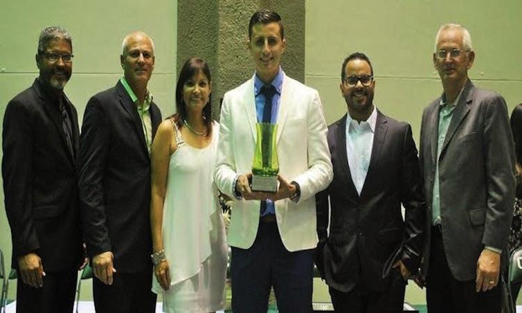 Gabriel Gracia Nieves recibió la copa a la excelencia del RUM. (Suministrada)