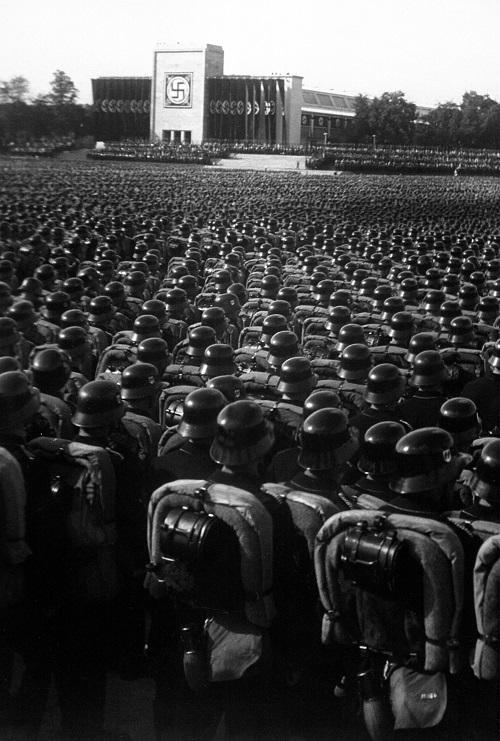 Tropas de la Sturmabteilung (SA), la Schutzstaffel (SS) y el Nationalsozialistisches Kraftfahrkorps (NSKK) en formación de atención durante un congreso del Partido Nazi en la ciudad de Núremberg el 9 de noviembre de 1935. (Colección de donaciones de los Archivos Nacionales / Administración de los Archivos Nacionales)