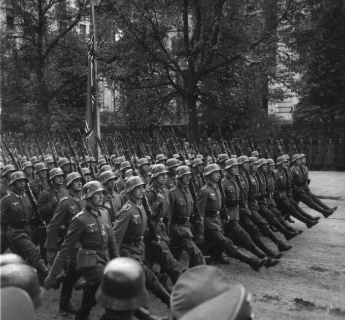 Tropas alemanas marchan por las calles de Varsovia en Polonia en septiembre de 1939. (Administración de los Archivos Nacionales)
