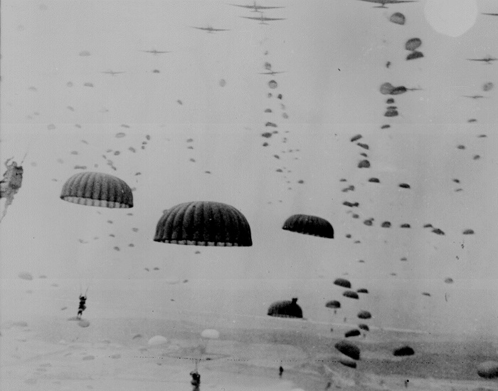Paracaidistas del Primer Ejército Aerotransportado descienden sobre Holanda durante la operación Market Garden en septiembre de 1944. (Administración de los Archivos Nacionales)