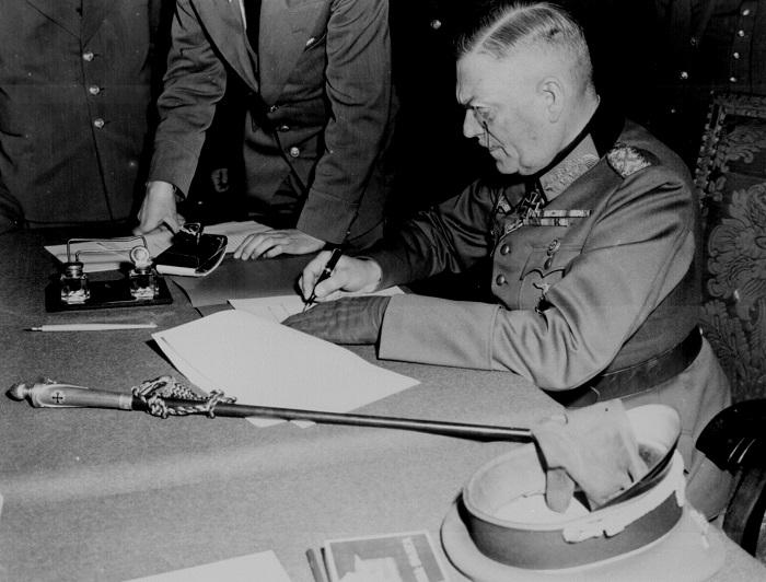 El mariscal de campo Wilhelm Keitel firmando los acuerdos con los términos de rendición del ejército alemán en los cuarteles del ejército ruso en Berlín, Alemania, el 7 de mayo de 1945. (Administración de los Archivos Nacionales)