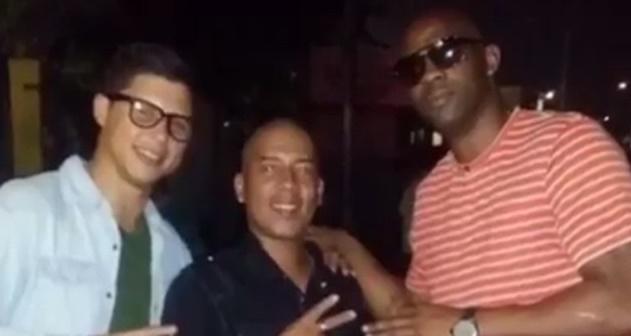 En la imagen, Andy Ortiz, a la izquierda, posa con un amigo y con un gran colega del baloncesto, Puruco Látimer. (Facebook)