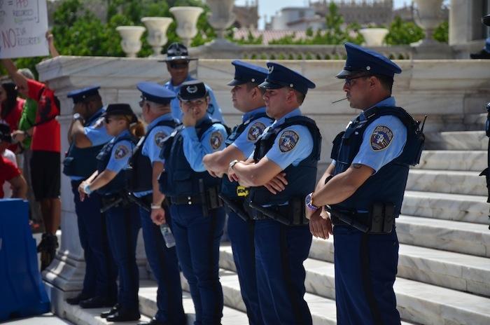 Policías en las escalinatas del Capitolio. (David D. Pérez Aponte / Diálogo)