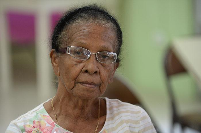 Inés Ortiz tiene 90 años y recuerda cuando recogía caracoles para hacer collares. (Ricardo Alcaraz/ Diálogo)