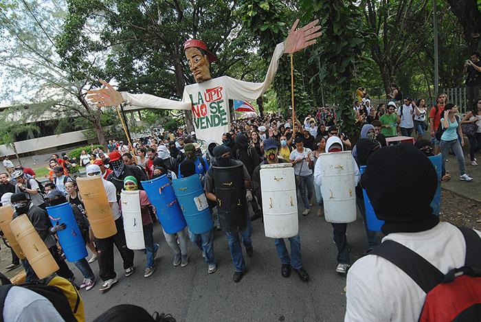 El títere gigante de Papel Machete durante la huelga del 2010 en la Universidad de Puerto Rico. (Ricardo Alcaraz / Diálogo)