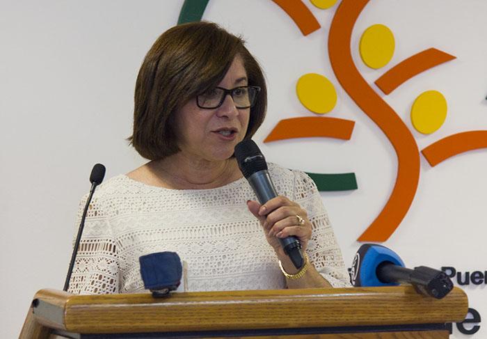 En la foto, al doctora Madeline Reyes, quien en representación de la doctora Ana Ríus, secretaria del DS. (Rafael /Diálogo)