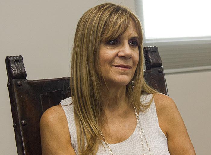 Directora del coro de la UPR en Río Piedras, Carmen Acevedo Lucío.