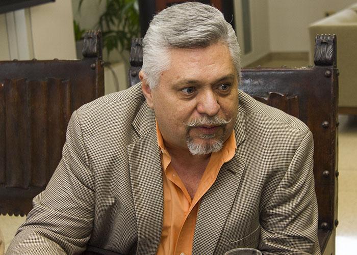 Director del coro del recinto de Carolina, Luis Tirado.