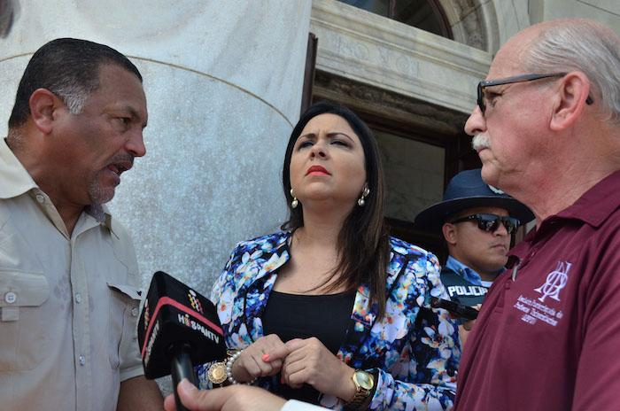 De izquierda a derecha: José Torres, presidente de la HEEND, la senadora Maritere González y el presidente de la APPU, Miguel Hernández. (David D. Pérez Aponte / Diálogo)