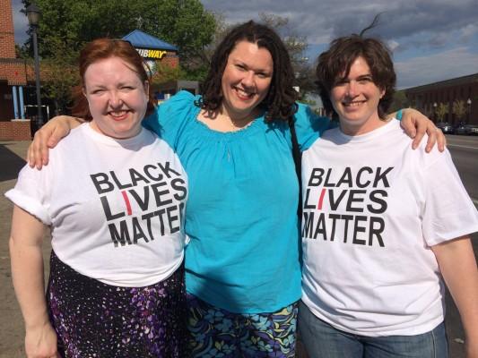 De izquierda a derecha: Kate Bishop, Victoria Irene McReynolds y Dena Hankins, participantes de las marchas contra la violencia racial en Baltimore. (Foto por Zoraima Figueroa)