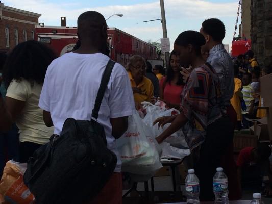 La iglesia Adventista del Séptimo Día también ha provisto alimentos a las personas en Baltimore.
