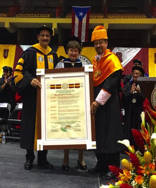 La doctora Margarita Benítez (centro) recibe de manos del presidente de la UPR, Uroyoán Walker (extrema izquierda) y del doctor Efraín Vázquez (extrema derecha), su reconocimiento. (UPR Informa)