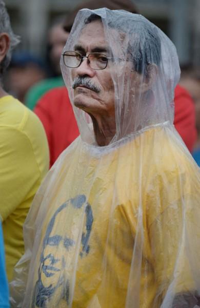 Como muestran las imagenes, los manifestantes desafiaron la lluvia para marchar por la liberación de Oscar. (Ricardo Alcaraz/ Diálogo)