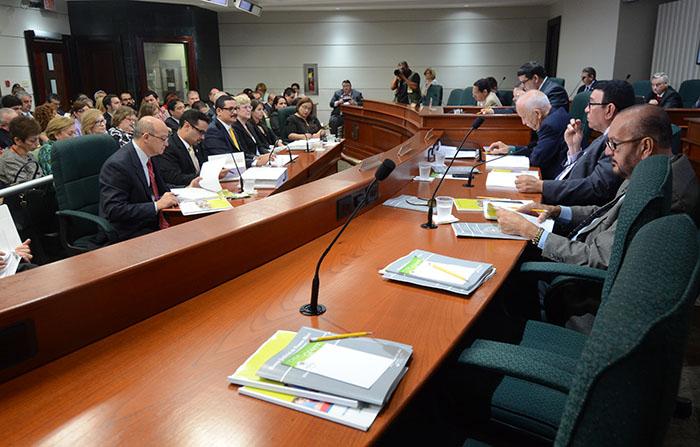 El presidente de la UPR, Uroyoán Walker Ramos, depuso ayer ante la Comisión de Hacienda y Presupuesto de la Cámara de Representantes de Puerto Rico. (Ricardo Alcaraz / Diálogo)