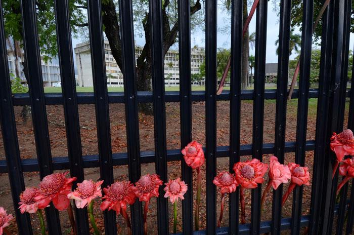 En la reja del Tribunal Federal los caminantes colocaron flores. (Fotos: Ricardo Alcaraz/ Diálogo)