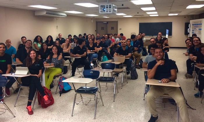 Estudiantes investigadores en el Recinto de Ciencias Médicas durante un taller. (Suministrada)