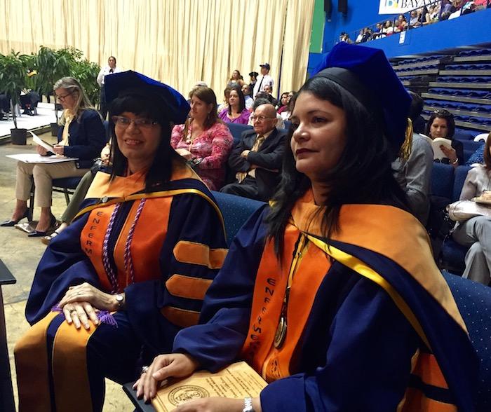 De izquierda a derecha, las doctoras Damaris Colón Rivera y Carmen Rosa Arce, primeras estudiantes en graduarse del Programa Doctoral en Ciencias en Enfermería del RCM.