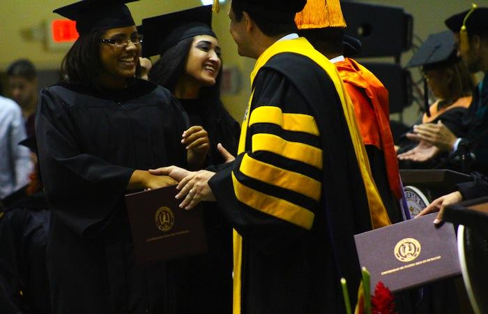 El doctor Uroyoán Walker Ramos durante la entrega de diplomas. (Leslyan Santiago/UPR Humacao)