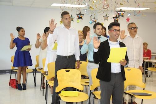 Nuevos promotores de salud juramentan durante su graduación (Suministrada).