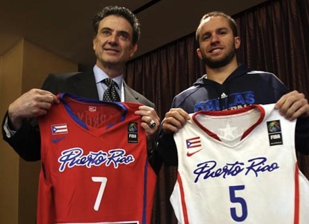 Rick Pitino y José Juan Barea posan juntos tras confirmarse la entrada del coach estadounidense en la selección nacional. (www.basquetplus.com)
