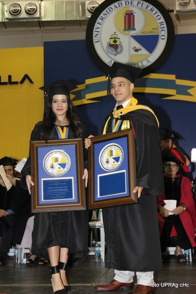 Reconocimiento de los graduados Summa Cum Laude: Kimberly Hernández Oliver de Administración de Empresa y Daniel E. Morales Mantilla de Biología. (Carlos Cajigas/UPR Aguadilla)