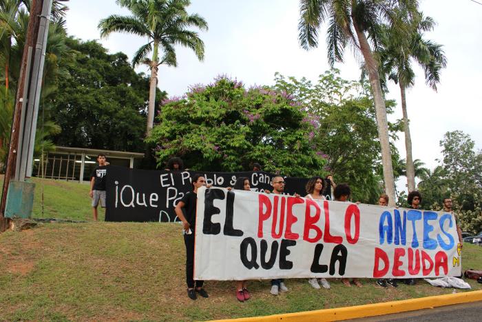 Mientras sucedía la reunión cerca de 25 estudiantes llevaron a cabo un piquete en las inmediaciones de la Administración Central protestando en contra del posible aumento. (Juan Carlos Castillo/Diálogo)